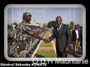 voir le zoom : Le général guinéen Sékouba Konaté, chef de la Force africaine en attente (FAA) et chargé par l'Union africaine (UA) de superviser la préparation de la force de la Cédéao au Mali, salue un soldat, le 6 novembre à Bamako