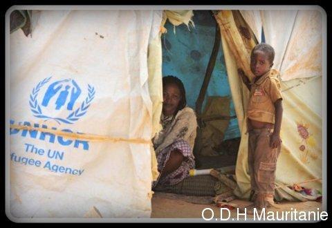 voir le zoom : Un enfant du Nord-Mali se tient à l'extérieur d'une tente au camp de réfugiés des Nations unies de Mangaize, à 145 km au nord de Niamey, au Niger, le 2 juin 2012