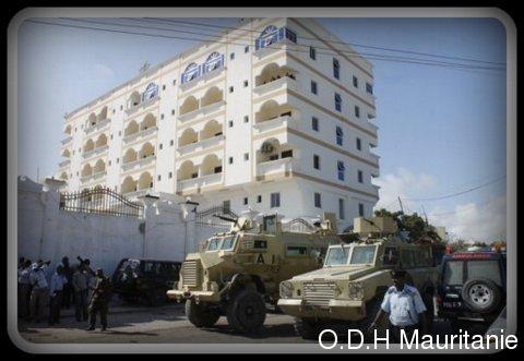 voir le zoom : Des forces de l'Amisom gardent les lieux d'un attentat à Mogadiscio le 12 septembre 2012